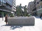 Sughey en frente del monumento al encierro en Pamplona